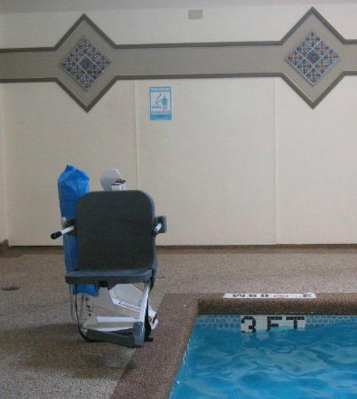 Four Points by Sheraton Kansas City - Sports Complex: handicap chair lift by pool
