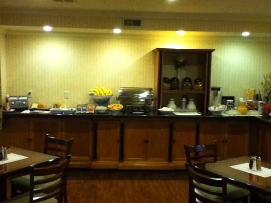 Millwood Inn & Suites: Hot breakfast area
