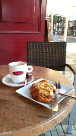 Galopain de Paris : caf? y cruasan de almendras