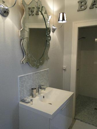 Le Clos Saint Raphael: Baño habitación doble
