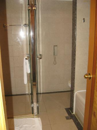 Holiday Inn Beijing Chang An West: Shower and wc area in my bathroom