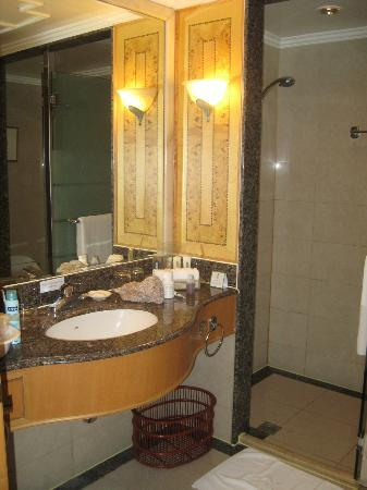Holiday Inn Beijing Chang An West: The bathroom
