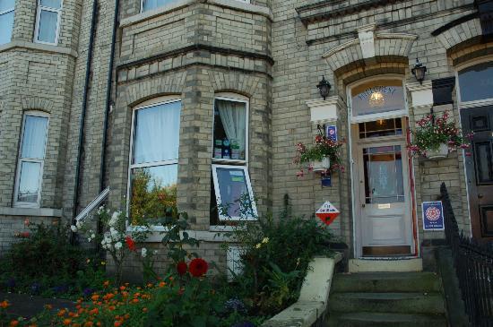 Hillcrest Guest House: Front entrance.
