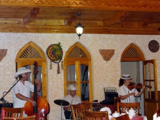 Sim Sim Cafe: Soothing melodies to accompany your meal.
