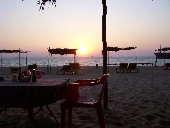 Monico's Beach Shack: Just before sundown, view out of Monica's Shack