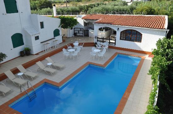 Home Hotel : Patio e piscina