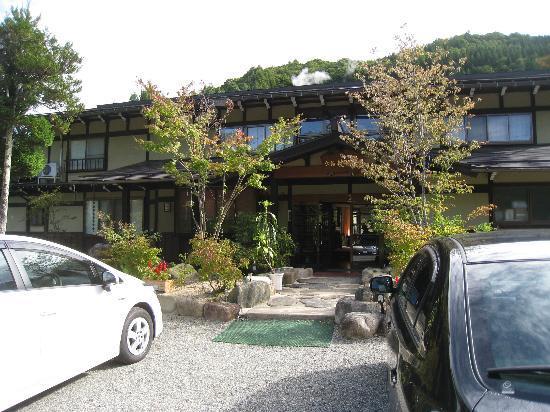 Ryokan Yakenoyu: 玄関前の風景