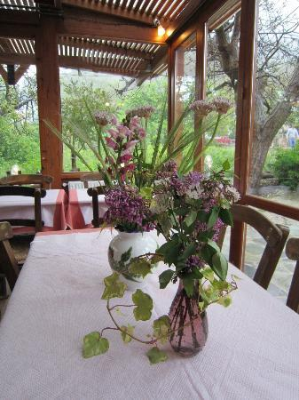 Taverna Kares: Flowers on the tables
