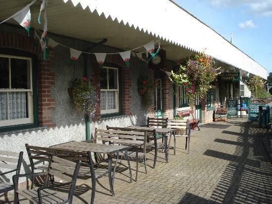 Russell Tea Room: Outside seating