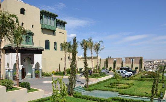 Palais Faraj Suites & Spa: Entrée de l'hôtel et Parking
