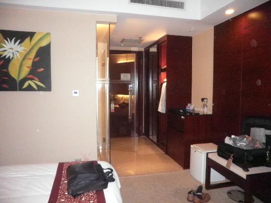 Ramada Kunshan : Room Entrance, the left hand is the bathroom