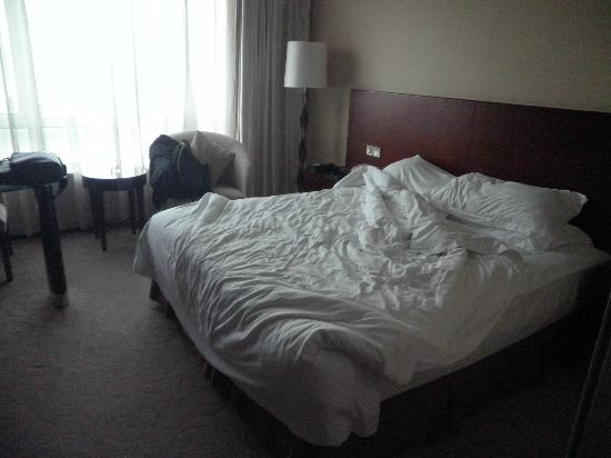 Ramada Kunshan : Bed, 2 days once change the bed sheet (Hotel policy, if request change daily put the memo)