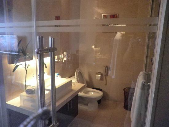 Ramada Kunshan : Transparent Glass separate the bathroom and the room