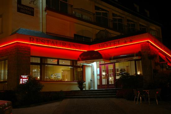 Bagnoles Hotel: The entrance at night