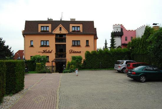 Hotel Diana U Kucharu: Отель со стороны парковки