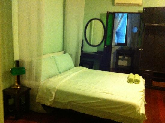 Niras Bankoc Cultural Hostel: My ensuite room..very vintage
