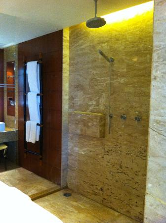 Centara Grand Beach Resort & Villas Krabi: Shower