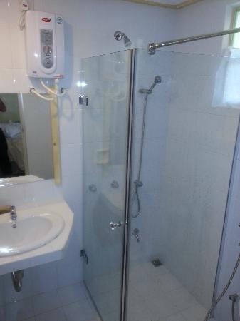 Stingray Beach Inn: Modern Bathrooms...