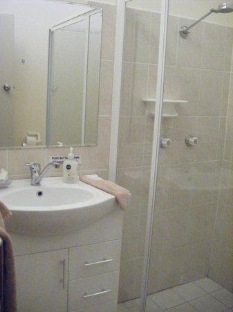 Maneroo Motel: Clean Bathroom
