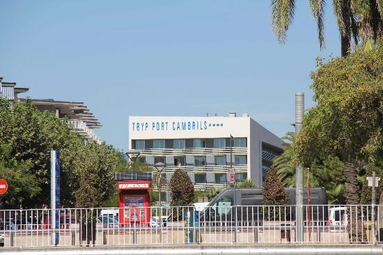 TRYP Port Cambrils: Отель. Вид с пляжа