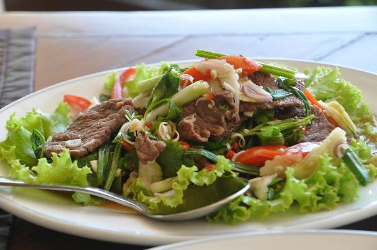 Anyavee Tubkaek Beach Resort: beef strip loin salad