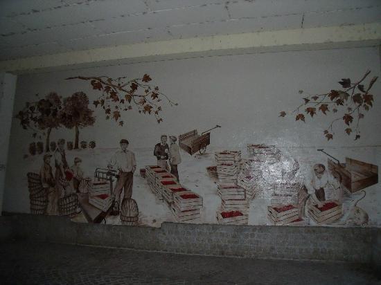 Hotel les Marronniers : fresque dans le village de l'autre côté de la place