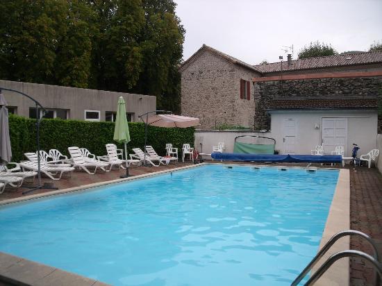 Hotel les Marronniers : la piscine derrière l'hôtel au calme