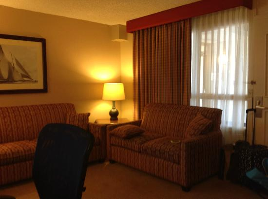Embassy Suites by Hilton San Francisco Airport - South San Francisco: Living Room