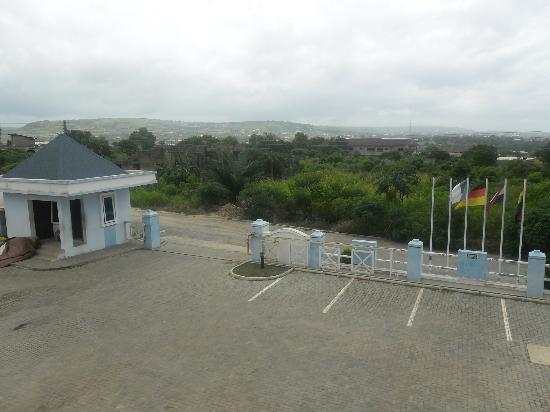 De Holiday Beach Hotel: This is the view of the Entrance from the games room window