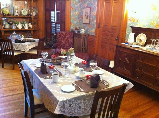 La Belle Vie Bed & Breakfast : Breakfast table