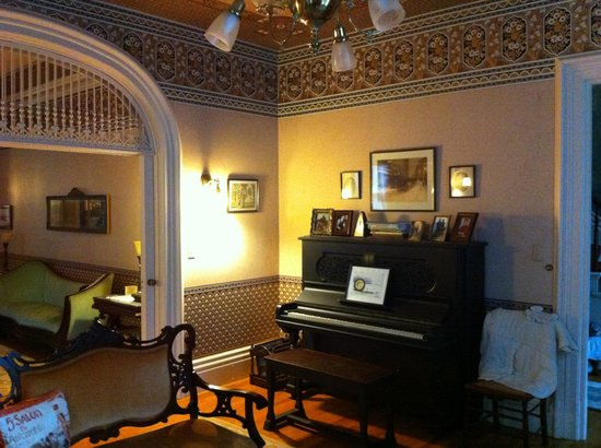 La Belle Vie Bed & Breakfast : Parlor