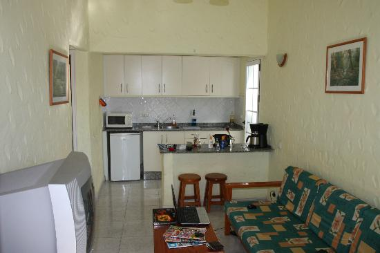 Las Tartanas: Main living room and kitchen