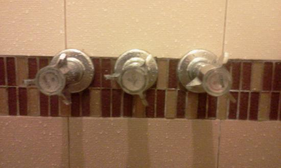 Lispher Inn: Reversed Hot and Cold water knobs