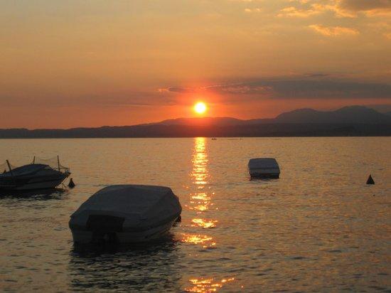 Lake Garda, อิตาลี: tramonto a Bardolino