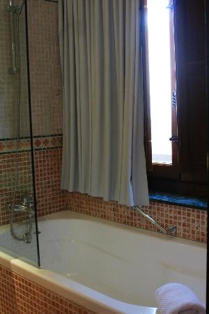 AC Palacio De Santa Paula, Autograph Collection: Bathroom Tub and Shower Combination