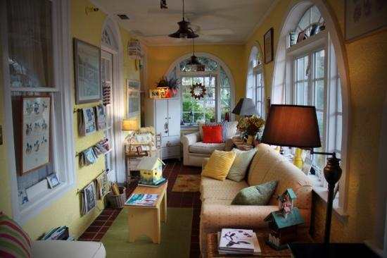 Casa de Suenos Bed and Breakfast: The Sun Room - where you can relax reading the morning papers