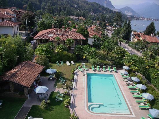 Hotel Della Torre : la jolie piscine entourée de verdure