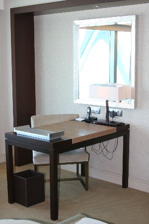 Hotel Arts Barcelona: Deluxe Room Desk Area