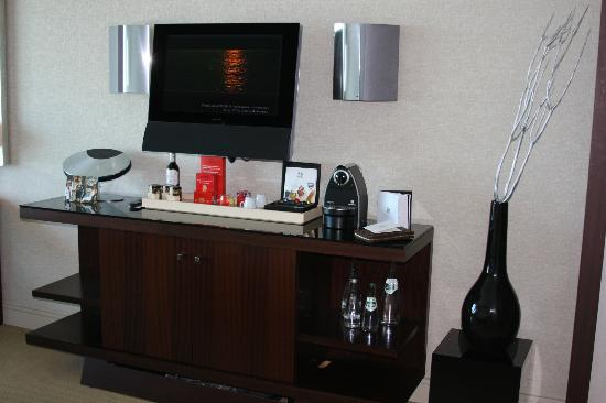 Hotel Arts Barcelona: Deluxe Room Entertainment Area