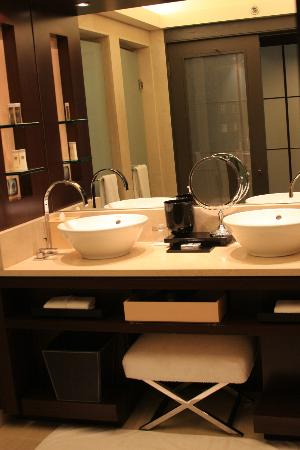 Hotel Arts Barcelona: Bathroom Double Vanity
