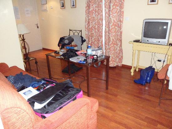 Apartamentos Murillo: saloncino con tv, divano e frigobar