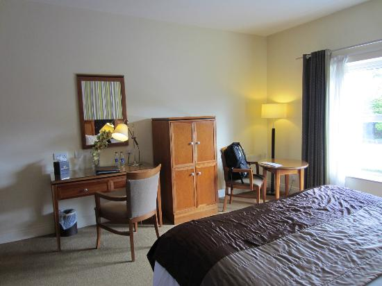 Brook Lane Hotel: deluxe room-desk, tv, sitting