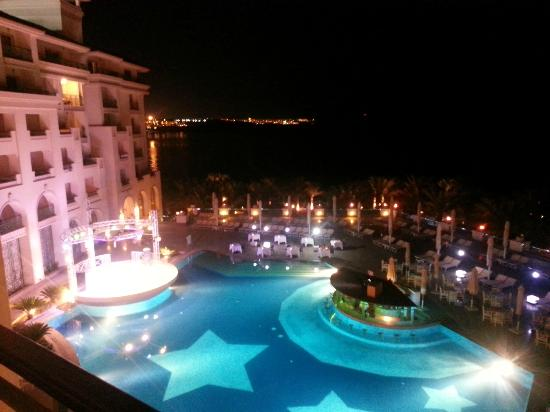 Stella Di Mare Beach Hotel & Spa: Entertainment area at night