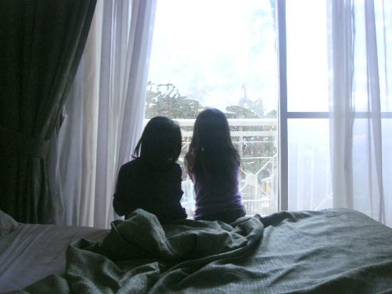 Hotel Elizabeth Baguio: the girls early in the morning...can't wait to see the sunrise