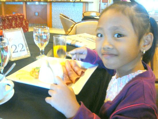 Hotel Elizabeth Baguio: cheena looking very happy with her platter