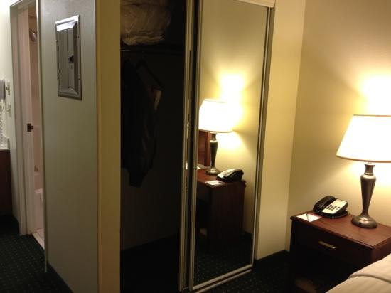TownePlace Suites Chicago Naperville: closet with mirrors