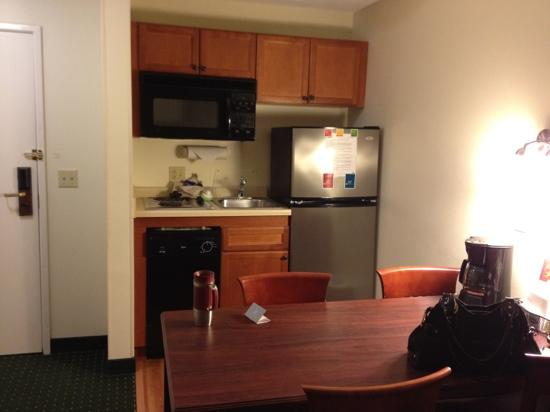 TownePlace Suites Chicago Naperville: kitchen