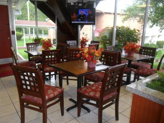 Quality inn Westfield: Breakfast seating area in lobby