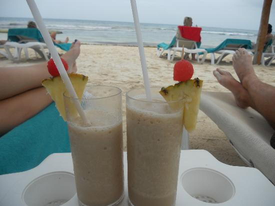 Secrets Silversands Riviera Cancun: Dirty Bananas on the beach!