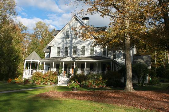 Maple Leaf Inn: Approaching Inn from front drive
